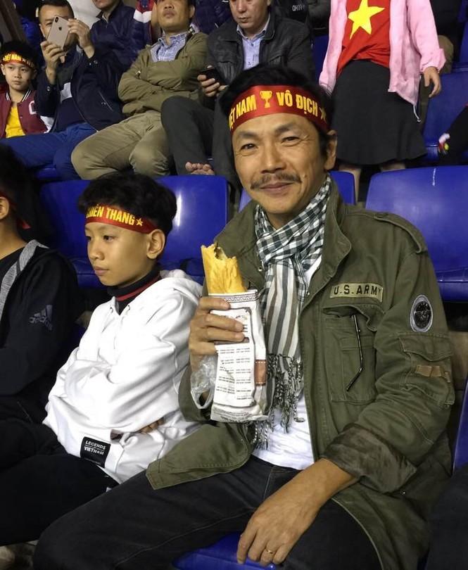 NSND Trung Anh ăn tạm bánh mì trên sân Mỹ Đình cổ vũ tuyển Việt Nam - ảnh 1