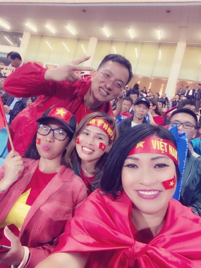 NSND Trung Anh ăn tạm bánh mì trên sân Mỹ Đình cổ vũ tuyển Việt Nam - ảnh 3
