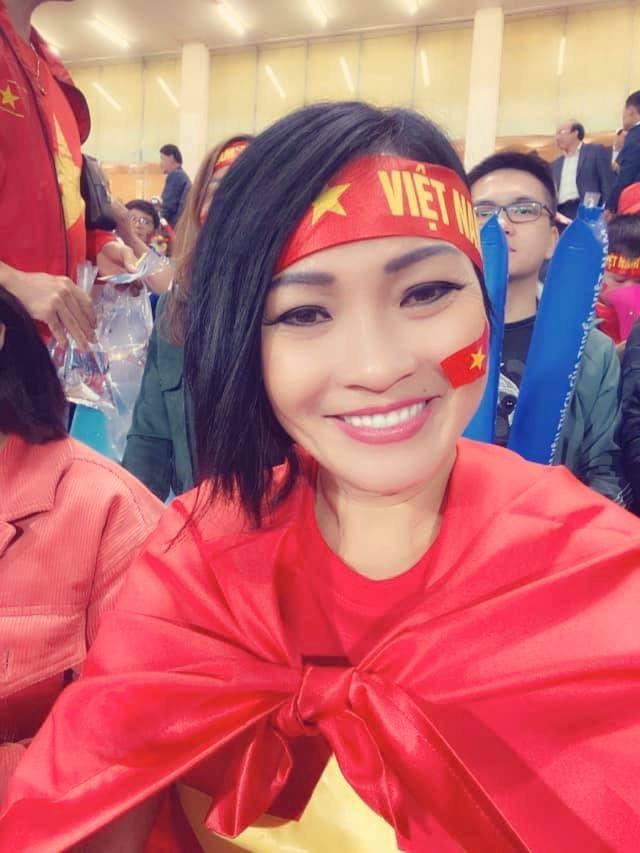 NSND Trung Anh ăn tạm bánh mì trên sân Mỹ Đình cổ vũ tuyển Việt Nam - ảnh 2