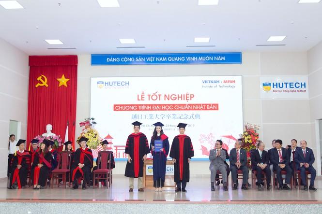 Lộ ảnh mẹ Á hậu Thúy An trẻ đẹp không ngờ trong Lễ tốt nghiệp của con gái  - ảnh 3