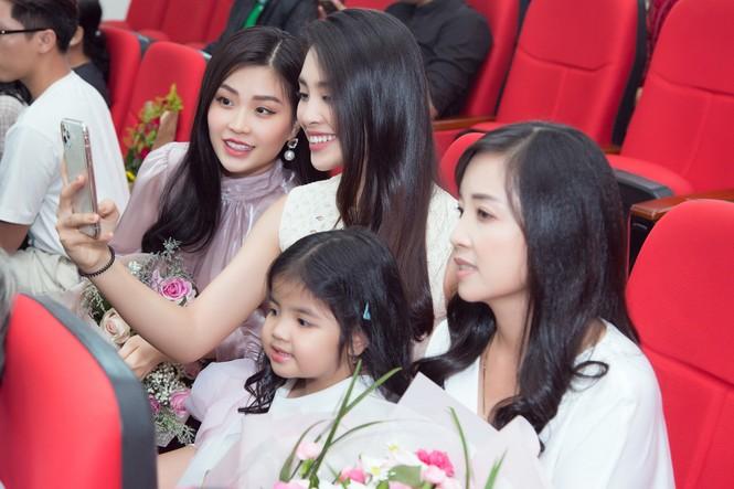 Lộ ảnh mẹ Á hậu Thúy An trẻ đẹp không ngờ trong Lễ tốt nghiệp của con gái  - ảnh 5