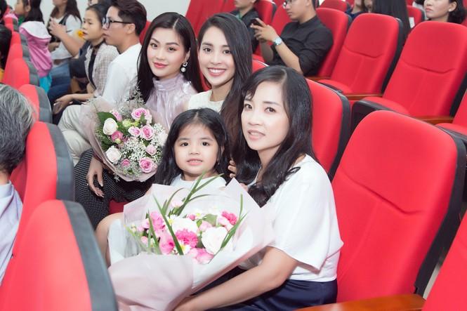 Lộ ảnh mẹ Á hậu Thúy An trẻ đẹp không ngờ trong Lễ tốt nghiệp của con gái  - ảnh 4