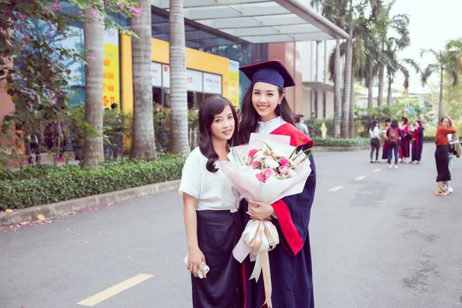 Lộ ảnh mẹ Á hậu Thúy An trẻ đẹp không ngờ trong Lễ tốt nghiệp của con gái  - ảnh 8