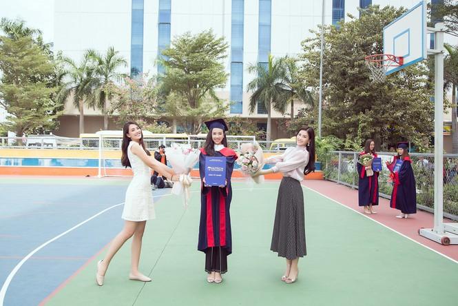 Lộ ảnh mẹ Á hậu Thúy An trẻ đẹp không ngờ trong Lễ tốt nghiệp của con gái  - ảnh 6
