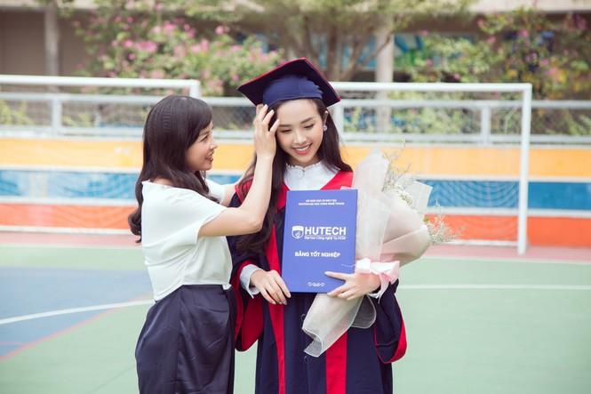 Lộ ảnh mẹ Á hậu Thúy An trẻ đẹp không ngờ trong Lễ tốt nghiệp của con gái  - ảnh 7