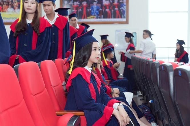Lộ ảnh mẹ Á hậu Thúy An trẻ đẹp không ngờ trong Lễ tốt nghiệp của con gái  - ảnh 2