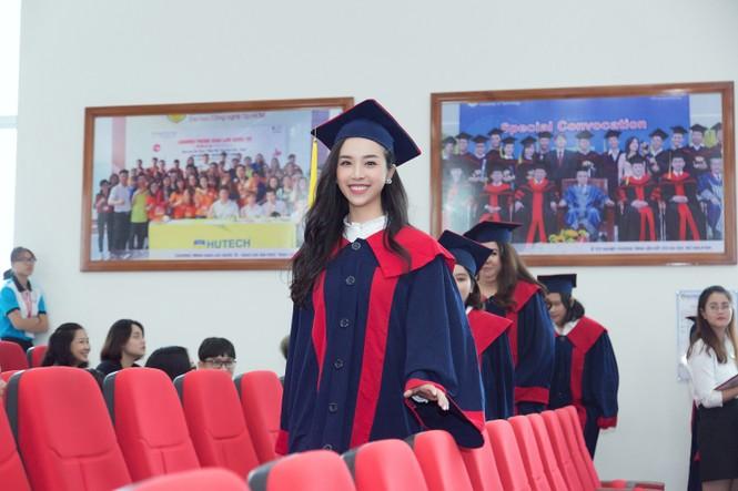 Lộ ảnh mẹ Á hậu Thúy An trẻ đẹp không ngờ trong Lễ tốt nghiệp của con gái  - ảnh 1