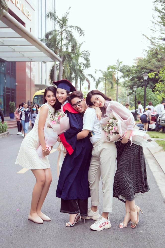 Lộ ảnh mẹ Á hậu Thúy An trẻ đẹp không ngờ trong Lễ tốt nghiệp của con gái  - ảnh 9