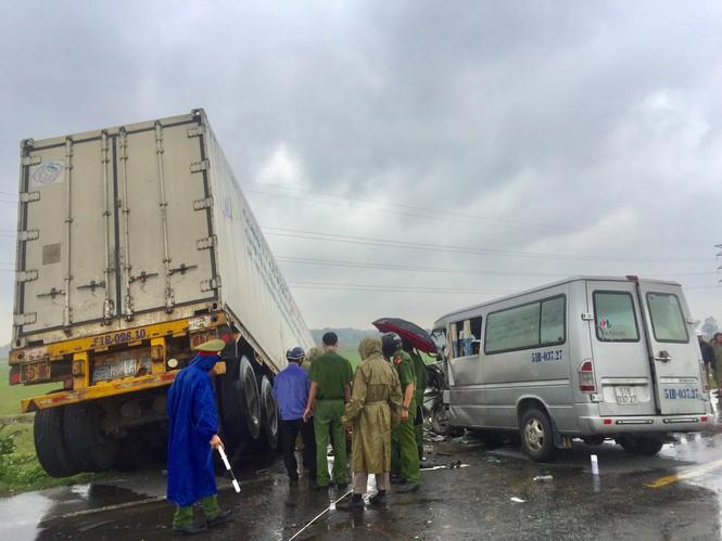 Danh tính 13 nạn nhân vụ tai nạn nghiêm trọng giữa xe container và xe 16 chỗ - ảnh 1
