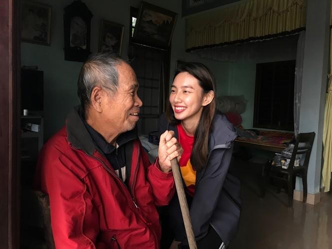 Hoa hậu Đỗ Mỹ Linh nghẹn ngào chia sẻ khi tận mắt chứng kiến những cảnh đau xót vùng lũ - ảnh 9