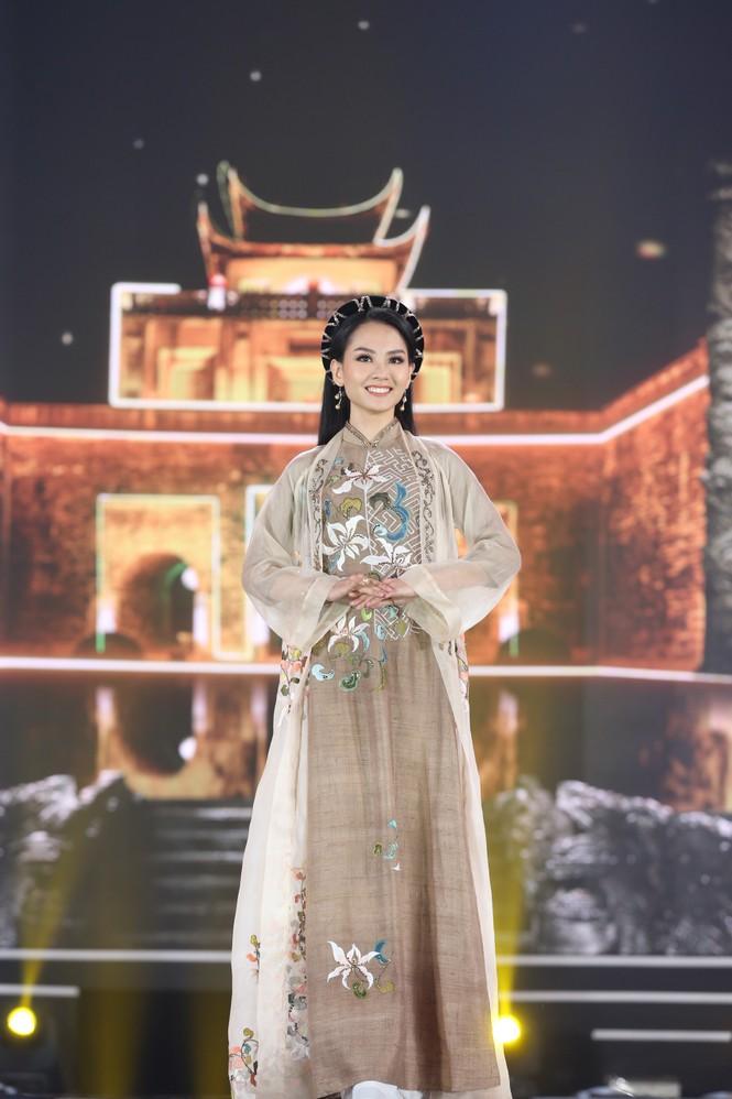 Top 35 khoe đường cong thể hình với áo dài tại Chung kết Hoa hậu Việt Nam 2020 - ảnh 1