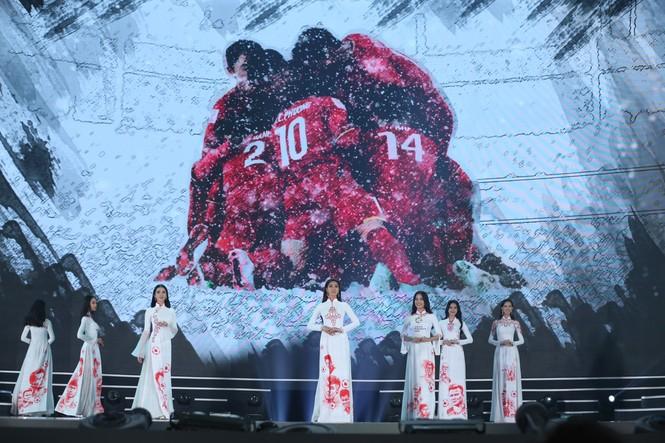 Top 35 khoe đường cong thể hình với áo dài tại Chung kết Hoa hậu Việt Nam 2020 - ảnh 17