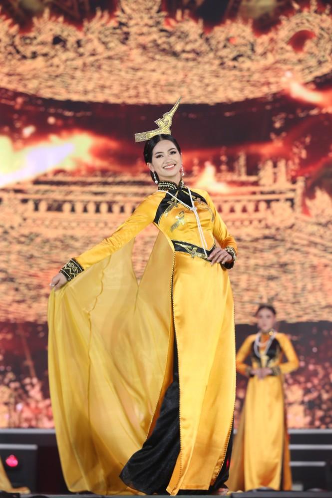 Top 35 khoe đường cong thể hình với áo dài tại Chung kết Hoa hậu Việt Nam 2020 - ảnh 6
