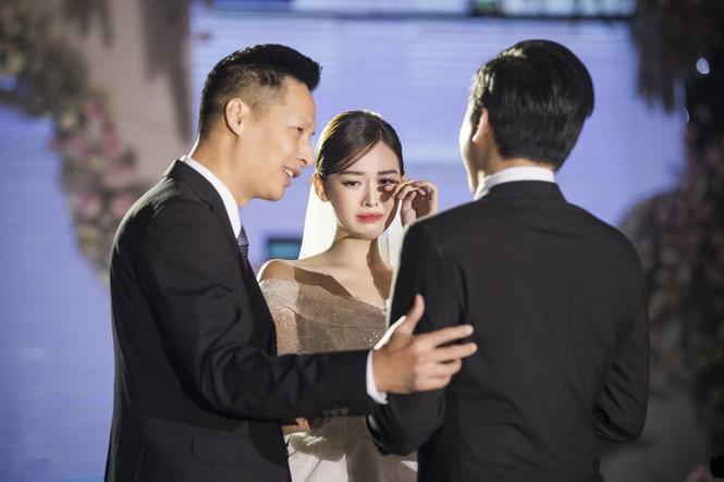 Khoảnh khắc Á hậu Tường San bật khóc trong lễ cưới - ảnh 1