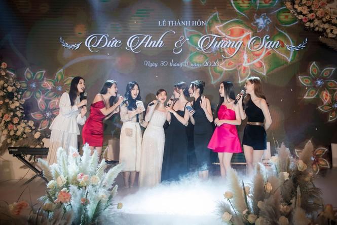 Hoa hậu Đỗ Mỹ Linh, Tiểu Vy hào hứng hát mừng đám cưới Á hậu Tường San - ảnh 2