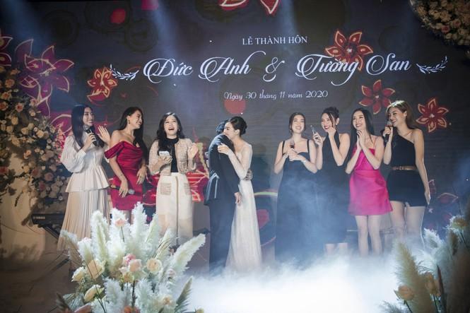 Hoa hậu Đỗ Mỹ Linh, Tiểu Vy hào hứng hát mừng đám cưới Á hậu Tường San - ảnh 3