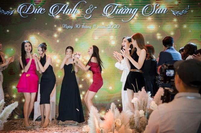 Hoa hậu Đỗ Mỹ Linh, Tiểu Vy hào hứng hát mừng đám cưới Á hậu Tường San - ảnh 4