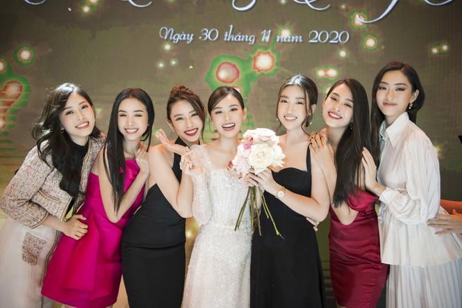 Hoa hậu Đỗ Mỹ Linh, Tiểu Vy hào hứng hát mừng đám cưới Á hậu Tường San - ảnh 1