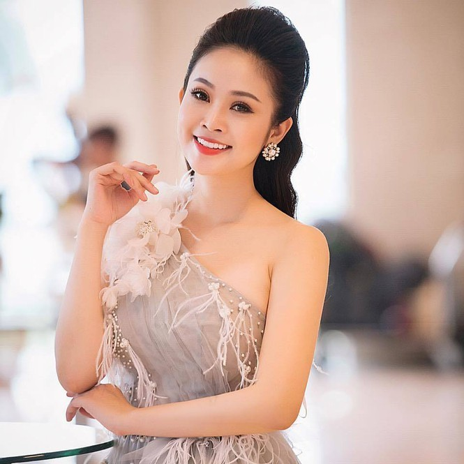 Showbiz 2/12: Hoàng Thùy Linh vướng nghi vấn sửa mũi vì lệch bất thường - ảnh 1