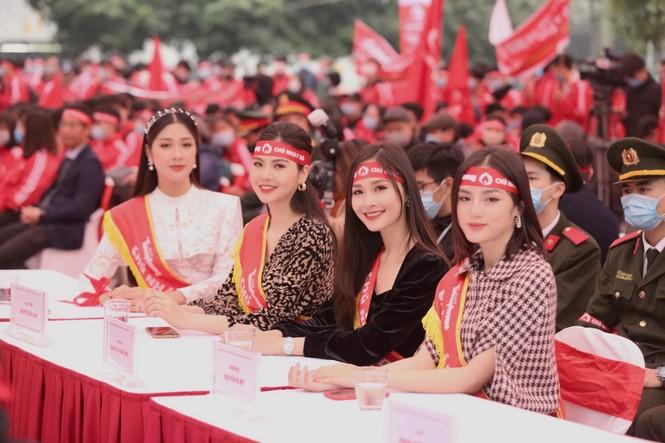 Hoa hậu Đỗ Thị Hà cùng hai Á hậu rạng rỡ tại ngày hội chính Chủ nhật Đỏ - ảnh 10