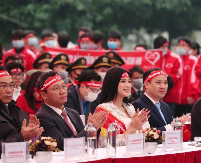Hoa hậu Đỗ Thị Hà cùng hai Á hậu rạng rỡ tại ngày hội chính Chủ nhật Đỏ - ảnh 1