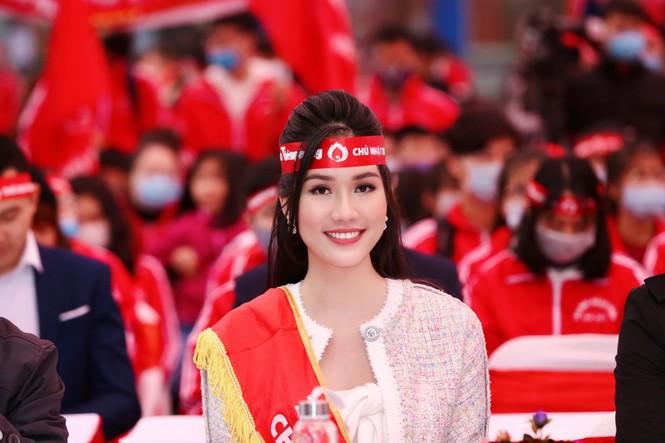 Hoa hậu Đỗ Thị Hà cùng hai Á hậu rạng rỡ tại ngày hội chính Chủ nhật Đỏ - ảnh 6