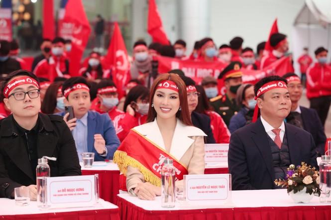 Hoa hậu Đỗ Thị Hà cùng hai Á hậu rạng rỡ tại ngày hội chính Chủ nhật Đỏ - ảnh 8