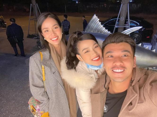 Đi ăn vỉa hè, Hoa hậu Đỗ Thị Hà và Á hậu Phương Anh giản dị vẫn xinh đẹp rạng rỡ - ảnh 3