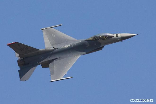 F-16 của Không quân Mỹ trình diễn kỹ năng tại triển lãm hàng không Aero India 2015 tại căn cứ không quân Yelahanka, ngoại ô thành phố Bangalore, ngày 18/2/2015. Đây là triển lãm hàng không lớn nhất Nam Á, diễn ra hai năm một lần.