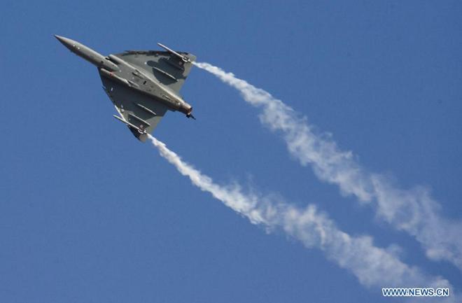 Tiêm kích hạng nhẹ Tejas của Không quân Ấn Độ thực hiện màn nhả khói đẹp mắt.
