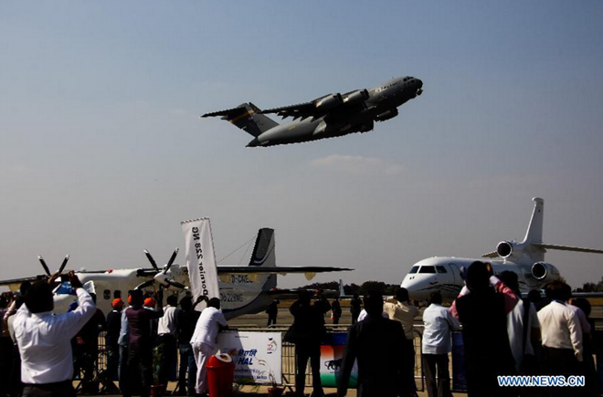 Khán giả chụp cảnh phi cơ vận tải quân sự chiến thuật C-17 Globalmaster của Mỹ phô diễn kỹ năng.