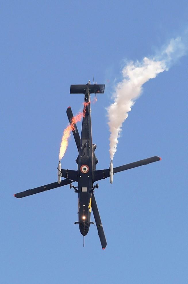 Trực thăng hạng nhẹ Rudra của Không quân Ấn Độ nhả khói trên không trung.