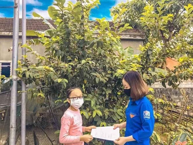"""Nghỉ học do COVID-19, những """"shipper áo xanh"""" mang bài đến tận nhà cho học sinh - ảnh 7"""
