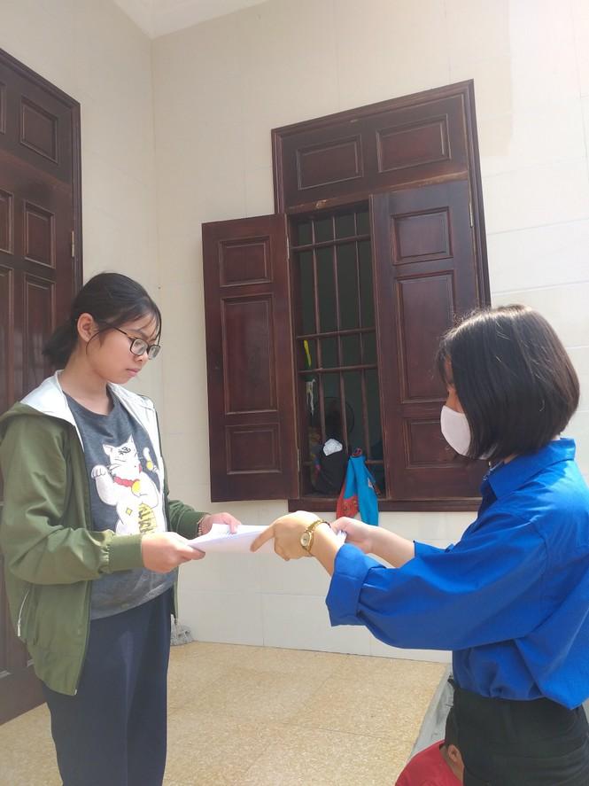 """Nghỉ học do COVID-19, những """"shipper áo xanh"""" mang bài đến tận nhà cho học sinh - ảnh 6"""