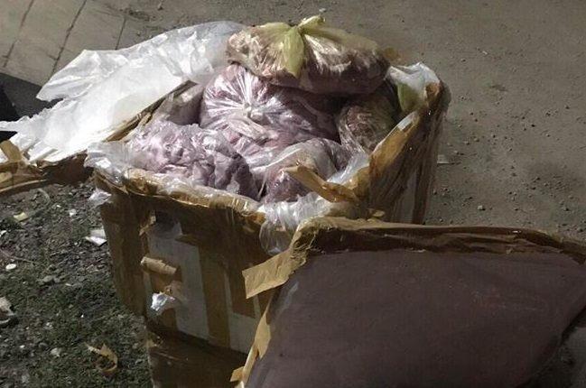 Gần 1 tấn thực phẩm bẩn được vận chuyển đi tiêu thụ - ảnh 1