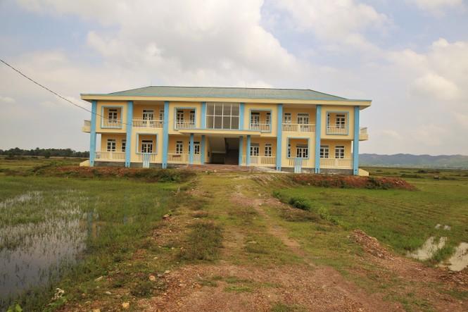 Trường học tiền tỷ xây xong bỏ hoang giữa cánh đồng - ảnh 1