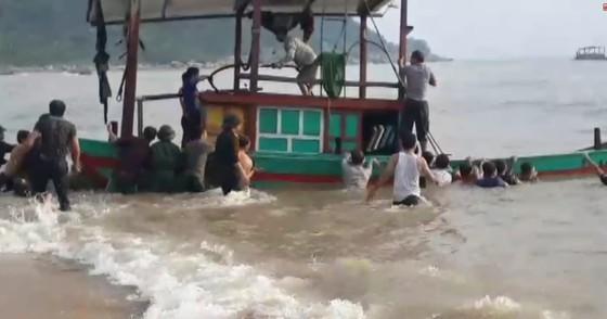 Tàu đánh cá chìm giữa biển, 3 ngư dân may mắn được cứu sống - ảnh 1