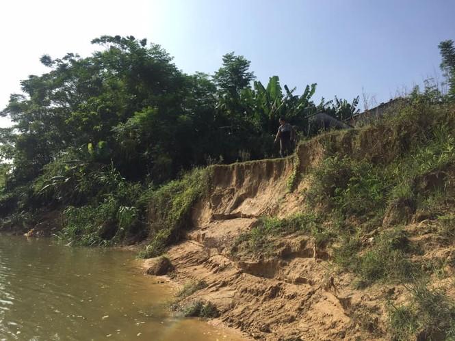 """Sông lấn làng, trăm hộ dân sống thấp thỏm bên miệng """"hà bá"""" - ảnh 3"""