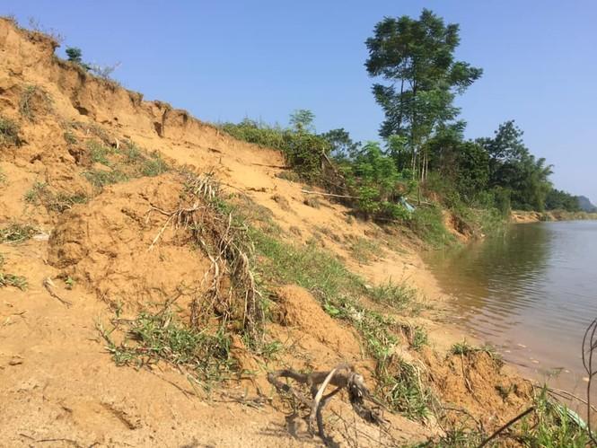 """Sông lấn làng, trăm hộ dân sống thấp thỏm bên miệng """"hà bá"""" - ảnh 1"""