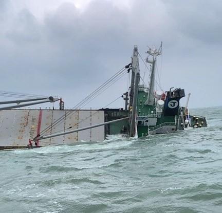 Tàu chở hàng gần 9.000 tấn chìm, khoảng 3km bờ biển có vệt cặn dầu - ảnh 4