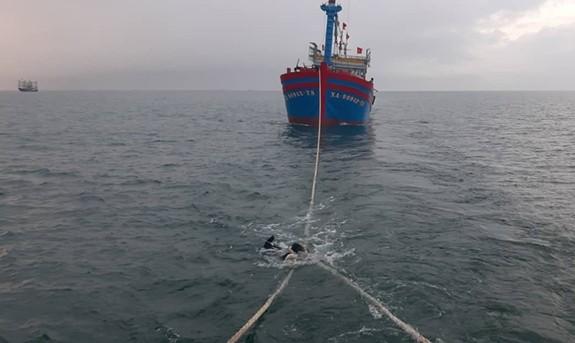 Cứu 14 ngư dân tàu cá bị nạn vào bờ an toàn  - ảnh 1