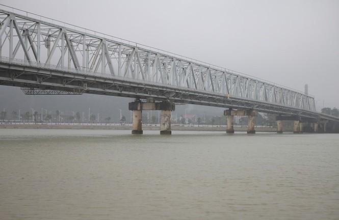 Thiếu tá quân đội bơi gần 100m cứu cô gái nhảy cầu trên sông Lam - ảnh 2