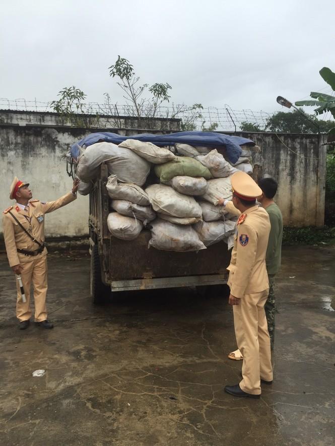 CSGT phát hiện gần 5 tấn thực phẩm hôi thối chuẩn bị ra thị trường tết - ảnh 1