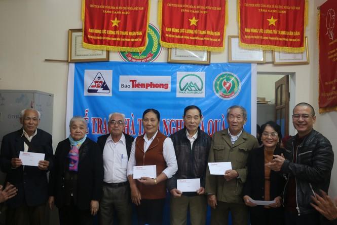 Báo Tiền Phong và nhà tài trợ trao 100 triệu đồng cho cựu TNXP Nghệ An - ảnh 2