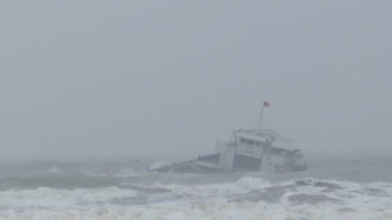 Tàu chở gần 3.000 tấn vôi gặp nạn, 8 thuyền viên may mắn được cứu - ảnh 1