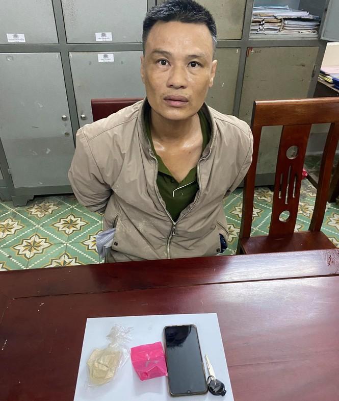 Cựu giáo viên bị bắt giữ khi mang ma túy về nhà sử dụng - ảnh 1