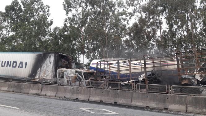 Xe tải và xe container bốc cháy dữ dội sau cú va chạm trên quốc lộ - ảnh 3