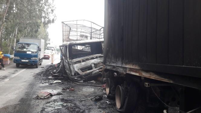 Xe tải và xe container bốc cháy dữ dội sau cú va chạm trên quốc lộ - ảnh 1