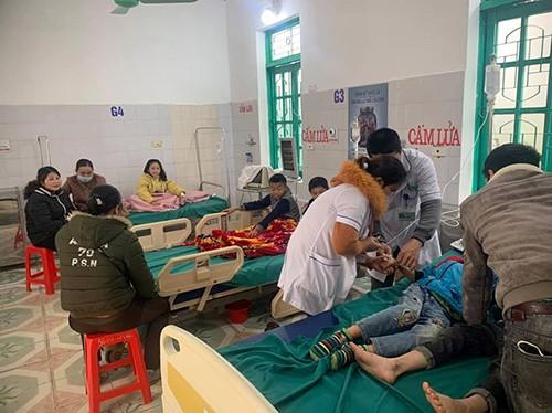 Ăn bánh mì trước cổng trường, 7 học sinh nhập viện cấp cứu - ảnh 1