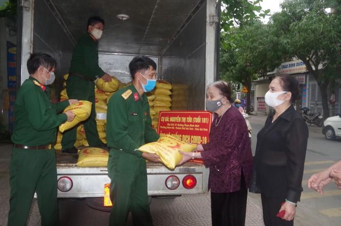 Cụ bà 101 tuổi dành tiền tiết kiệm mua 2 tấn gạo ủng hộ vùng cách ly - ảnh 1